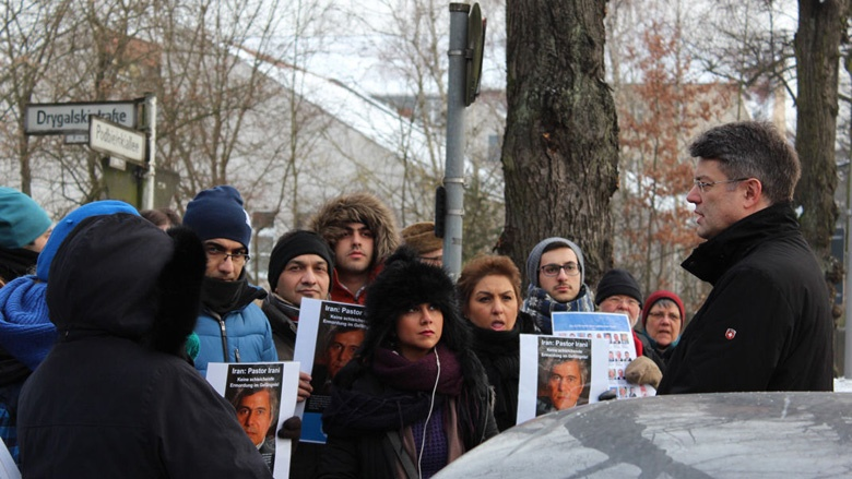 Mahnwache für Behnam Irani vor der Iranischen Botschaft in Berlin