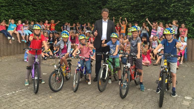 Patrick Schnieder übergibt 30 Fahrradhelme an Grundschule Arzfeld