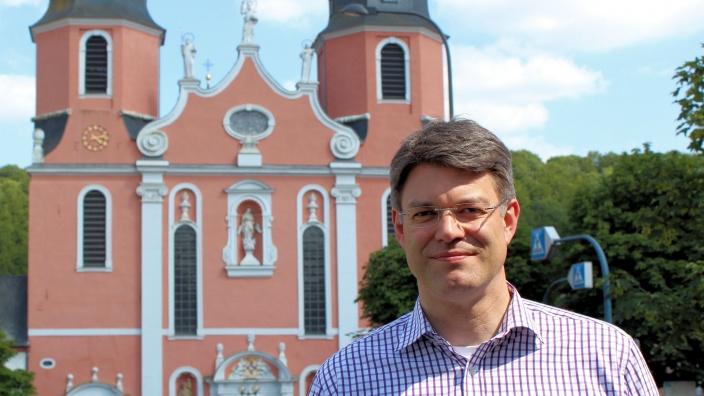 Patrick Schnieder vor der Prümer Basilika