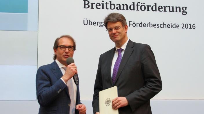 Patrick Schnieder nimmt einen Förderbescheid für den Breitbandausbau von Alexander Dobrindt entgegen